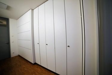Systemtrennwand zum trennen zweier Büroräume mit integriertem Schranksystem
