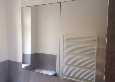 Spiegelfläche mit flächenbündigem Spiegelschrank