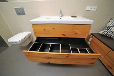 Waschbeckenunterschrank aus Kiefer Altholz mit Aufbewahrungsboxen aus Multiplex schwarz