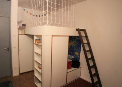 Multifunktionales Hochbett: große Liegefläche oben, unten 1 Kleiderschrank mit 2 Schiebetüren, 1 eintüriger Kleiderschrank, 3 große Schubkästen und 1 Bücherregal