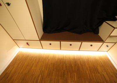 Raumhoher Kleiderschrank mit integrierter LED-Lichtleiste, Griffe als Hingucker für das Kinderzimmer.