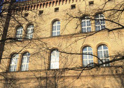 Außenansicht Fensterfassade mit Rundbogenfenstern