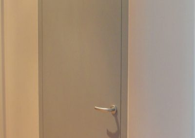 flächenbündige Tür mit Obertürschrank