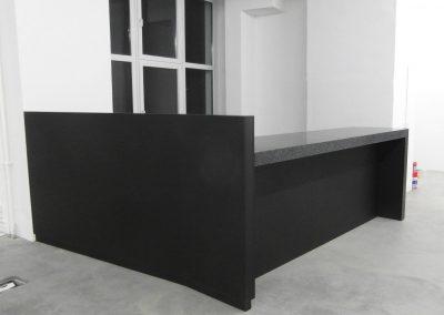 Tresen aus Mineralwerkstoff gefertigt, Unterbau aus Lackplatte, matt schwarz