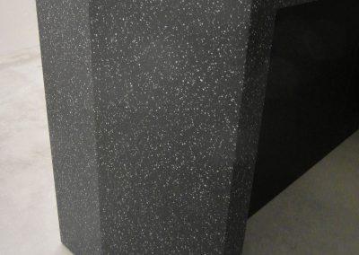 Detail: abknickender Standfuß, Mineralwerkstoff