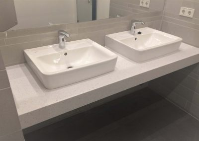 Waschtische für ein Großraumbüro aus Mineralwerkstoff