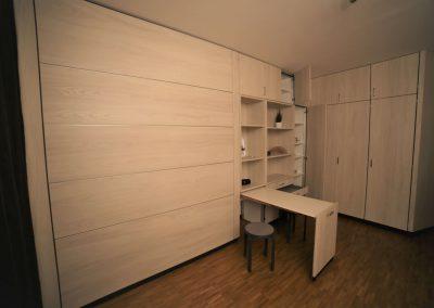 """ausziehbarer Küchentisch und Sitzhocker """"verschwinden"""" bei Platzbedarf in der Schrankwand"""