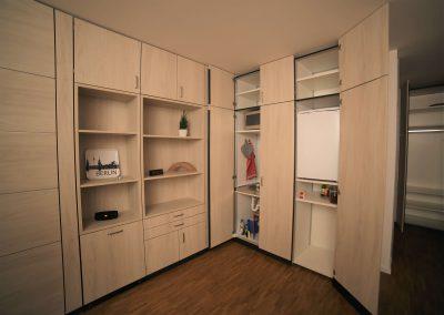 Spüle, Herdplatten und Kühlschrank im Schrank integriert, so dass im 1-Raum-Appartment zwischen Küchen- und Wohnatmosphäre gewechselt werden kann