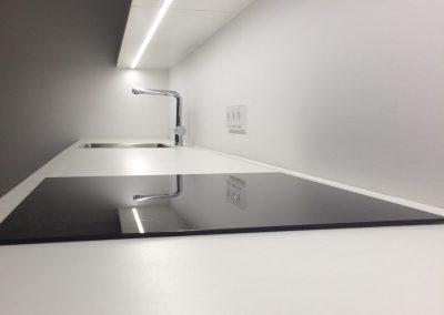 Ablagekonsole mit nicht sichtbarer Befestigung und eingefräster, dimmbarer LED-Lichtleiste