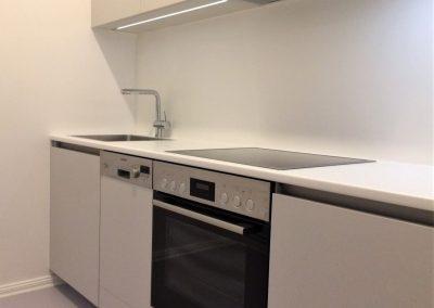 Einbauküche mit integrierten Elektrogeräten.