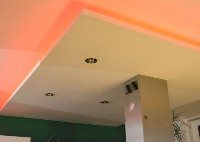 Abgehängte Decke im Küchenbereich mit indirekter Beleuchtung und Dunstabzug.