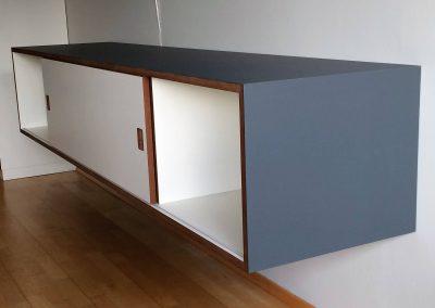 Sideboard mit 2 Schiebetüren, mit denen zwei Fächer frei wählbar geschlossen werden können