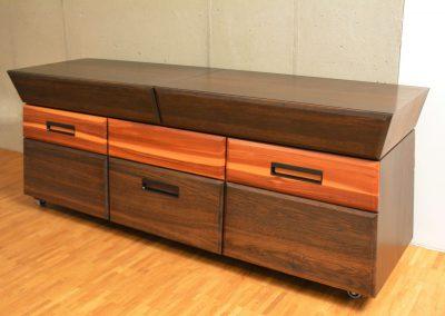 rollbares Sideboard, Formgebung: Kombination aus 5°- und 15°-Schrägen, Holzarten: Pflaume, Räuchereiche, Amaranth