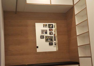 Garderobe mit Garderobenstange, 5 Regalfächern, 4 Oberschränken, 3 Unterschränken und flächenbündigem Spiegel