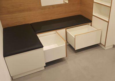 Für die Korpen wurden Sitzpolster angefertigt, so dass sie gleichzeitig als Sitzmöglichkeit dienen.
