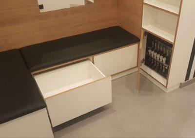 Um keinen Platz zu verschenken wurde die Steuerung der Fußbodenheizung in einen Unterschrank integriert.