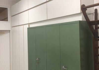 moderne Schrankwand, die alte Archivschränke der Arztpraxis umfasst