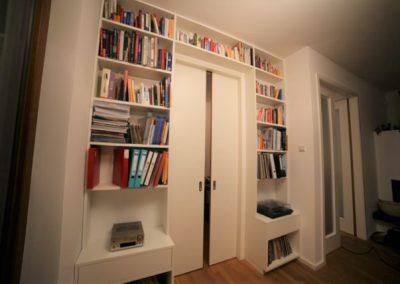 türumfassendes Bücherregal mit Fach für Plattenspieler und LPs